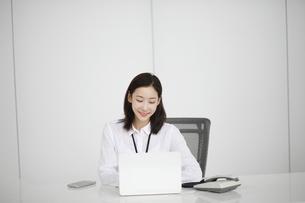 ノートパソコンを操作しているビジネスウーマンの写真素材 [FYI02999439]