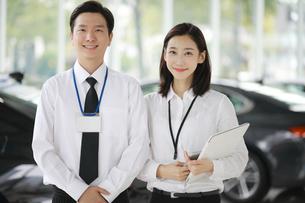 自動車セールス販売員の写真素材 [FYI02999441]
