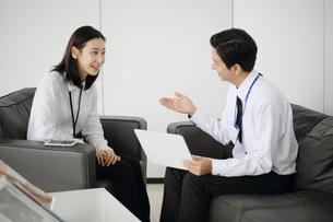 営業会議をしているビジネスマンの写真素材 [FYI02999450]