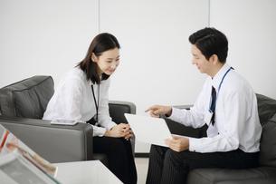 ノートパソコンを持って会議をしているビジネスマンの写真素材 [FYI02999452]