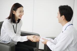 握手しているビジネスウーマンの写真素材 [FYI02999454]