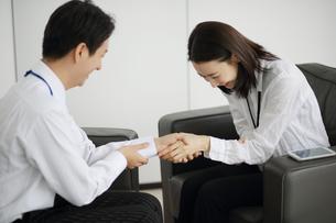 握手している会社員の写真素材 [FYI02999455]