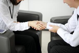 握手しているセールスウーマンの写真素材 [FYI02999457]