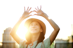 指でマークを作る女性の写真素材 [FYI02999506]