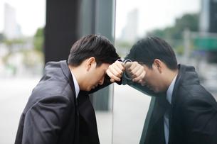 苦しんでいるビジネスマンの写真素材 [FYI02999507]