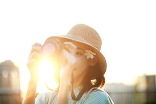 写真撮影を楽しんでいる若い女性の写真素材 [FYI02999514]