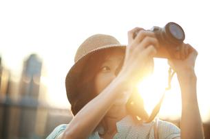 写真撮影を楽しんでいる若い女性の写真素材 [FYI02999516]