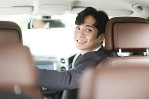 運転をしているビジネスマンの写真素材 [FYI02999540]