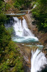 新緑の七ツ釜伍段の滝 西沢渓谷の写真素材 [FYI02999660]