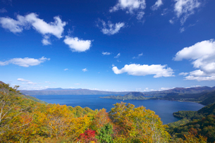 十和田湖の紅葉と青空の写真素材 [FYI02999678]