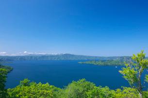 新緑の十和田湖と八甲田山の写真素材 [FYI03000204]