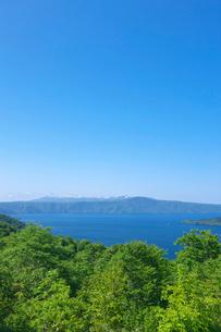 新緑の十和田湖と八甲田山の写真素材 [FYI03000238]
