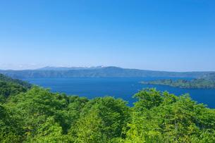 新緑の十和田湖と八甲田山の写真素材 [FYI03000239]