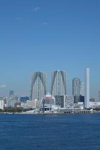 晴海ふ頭と東京のビル群の写真素材 [FYI03001423]