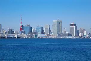 東京タワーと東京のビル群の写真素材 [FYI03001438]