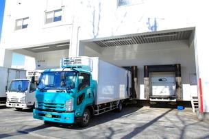 冷蔵トラックと保冷倉庫の写真素材 [FYI03003580]
