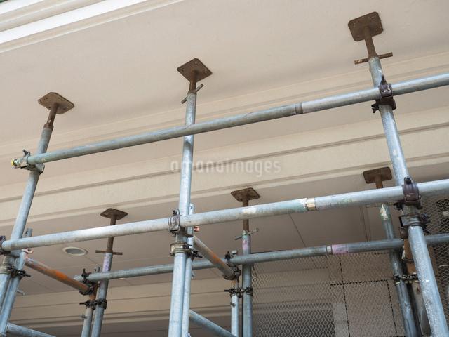 マンション改修工事の足場の写真素材 [FYI03003719]