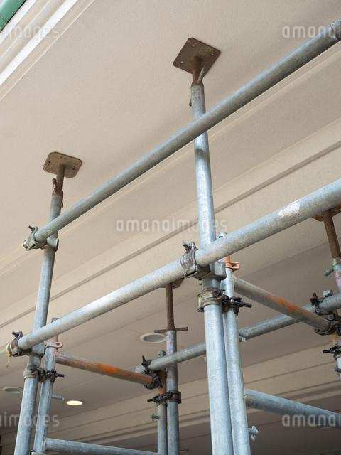 マンション改修工事の足場の写真素材 [FYI03003730]