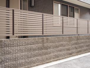 住宅のフェンスの写真素材 [FYI03003742]