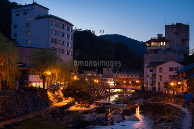 夕暮れの湯本温泉の写真素材 [FYI03003750]