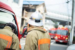 消防士と消防車の写真素材 [FYI03003753]
