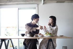 家でご飯を食べているカップルの写真素材 [FYI03004002]