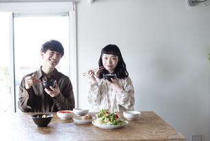 家でご飯を食べているカップルの写真素材 [FYI03004005]
