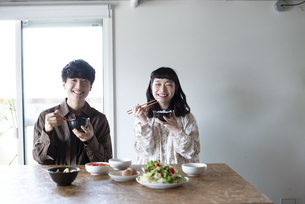 家でご飯を食べているカップルの写真素材 [FYI03004012]