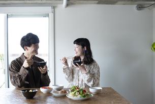 家でご飯を食べているカップルの写真素材 [FYI03004013]