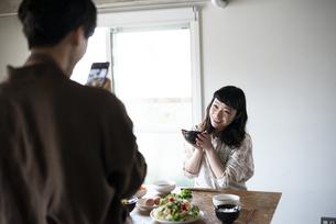 朝ごはんの様子をスマホで撮影しているカップルの写真素材 [FYI03004022]