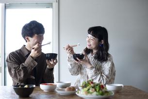 家でご飯を食べているカップルの写真素材 [FYI03004027]