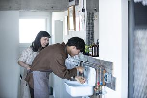手を洗っているカップルの写真素材 [FYI03004040]