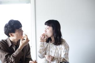 家でご飯を食べているカップルの写真素材 [FYI03004054]