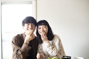 家でご飯を食べているカップルの写真素材 [FYI03004055]