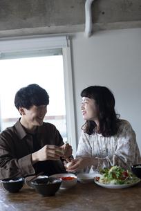 家でご飯を食べているカップルの写真素材 [FYI03004056]