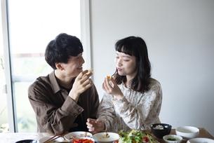家でご飯を食べているカップルの写真素材 [FYI03004057]