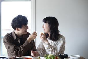 家でご飯を食べているカップルの写真素材 [FYI03004058]