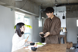 食事をしているカップルの風景の写真素材 [FYI03004060]