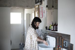 手を洗っている女性の写真素材 [FYI03004092]