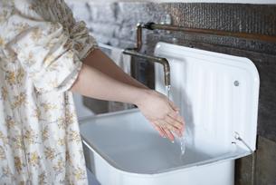 手を洗っている女性の写真素材 [FYI03004098]