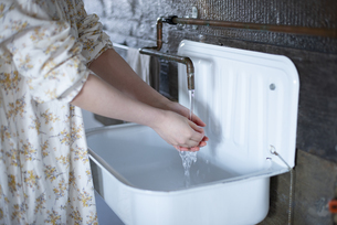 手を洗っている女性の写真素材 [FYI03004099]