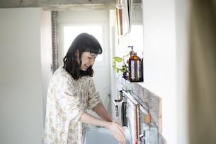 手を洗っている女性の写真素材 [FYI03004104]