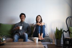 ソファに座って笑っているカップルの写真素材 [FYI03004143]
