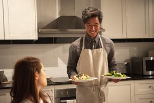 料理を運んでいる男性の写真素材 [FYI03004159]