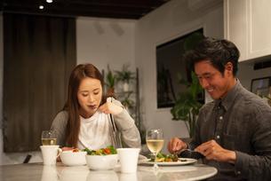 家で食事をしているカップルの写真素材 [FYI03004176]