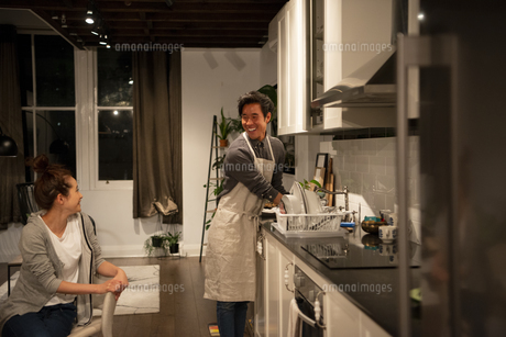 キッチンでお皿を洗っている男性の写真素材 [FYI03004177]