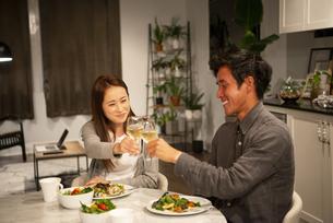家で乾杯しているカップルの写真素材 [FYI03004180]