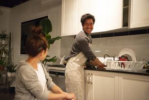 キッチンでお皿を洗っている男性の写真素材 [FYI03004183]