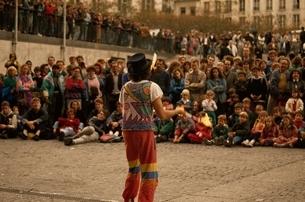 ポンピドウセンター前の芸人と人々 パリ フランスの写真素材 [FYI03004248]