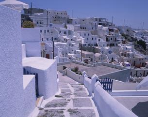 白い街と通り道 サントリーニ島 ギリシャの写真素材 [FYI03004259]